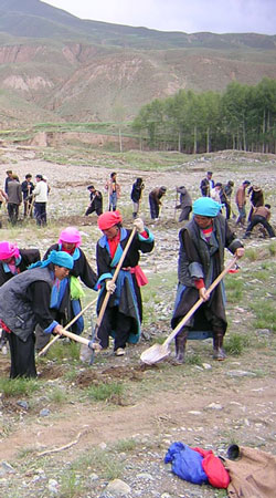 Working Tibetan women photo via Athur Braverman