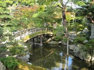 Gonai-tei's (御内庭) rustic Itabashi (板橋) bridge. © @KyotoDailyPhoto