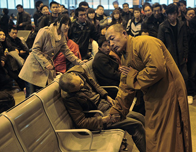 Buddhist monk China Taiyuan Train Station Shanxi 25 11 2011 (REUTERS Asianewsphoto)