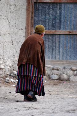 Mustang, Old lady walking. Photo © Lisa Daix