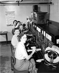 Telephone_operators,_1952 Wikimedia